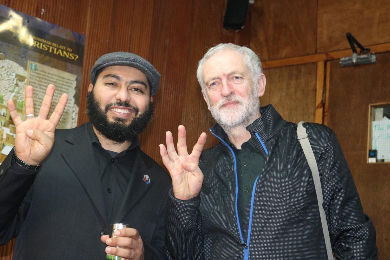 Jeremy Corbyn, lider Partii Pracy, z symbolem Rabia, egipskiego Bractwa Muzułmańskiego (zdj. Blurrech CC BY-SA 4.0 )