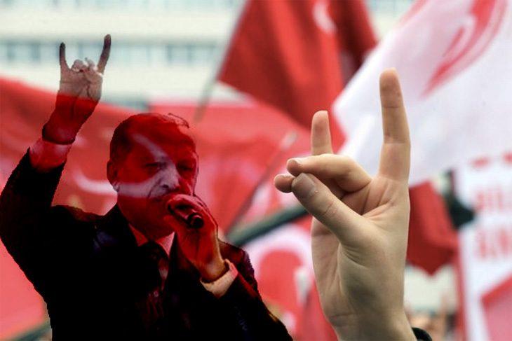 Prezydent Turcji na wiecu partyjnym wykonuje tzw. wilcze pozdrowienie (2018 r.), źródło: youtube.com