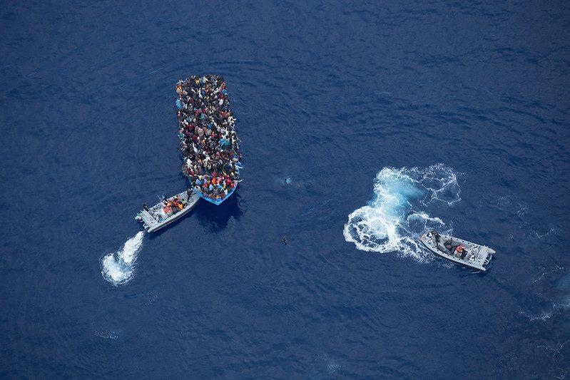 Ratowanie przeludnionych łodzi imigrantów na Morzu Śródziemnym czy operacje pushback, 2015 (zdj. ilustracyjne, Massimo Sestini, Flickr)